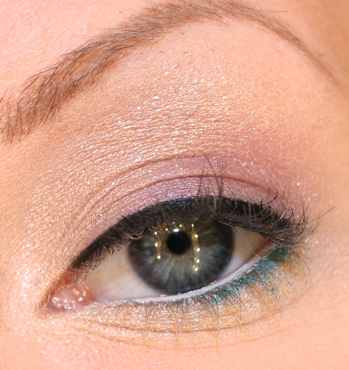 Rama in ögonen med svart eyeliner på övre fransraden och turkos kajalpenna  ytterst på undre fransraden. Öppna upp blicken med vit kajalpenna på inre  ... f26b37a2b20e8