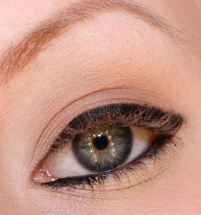 Markera ögonen med svart kajalpenna på övre och undre fransraden samt  vattenlinjen. f3a08f582d7ae