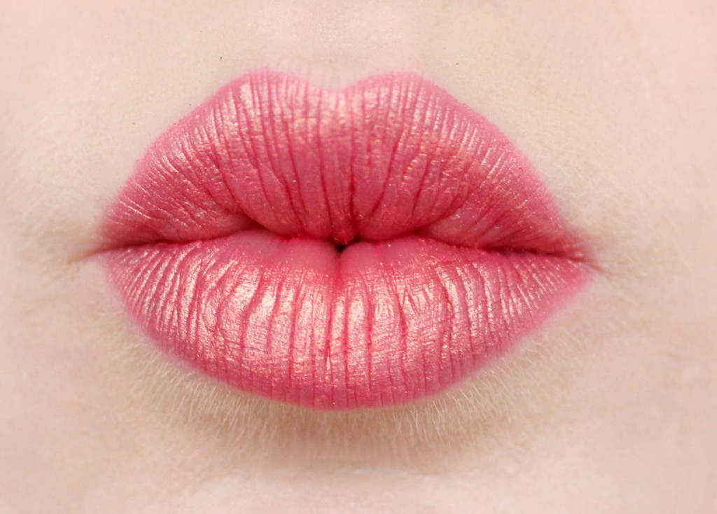 pink-lips-with-gold shimmer