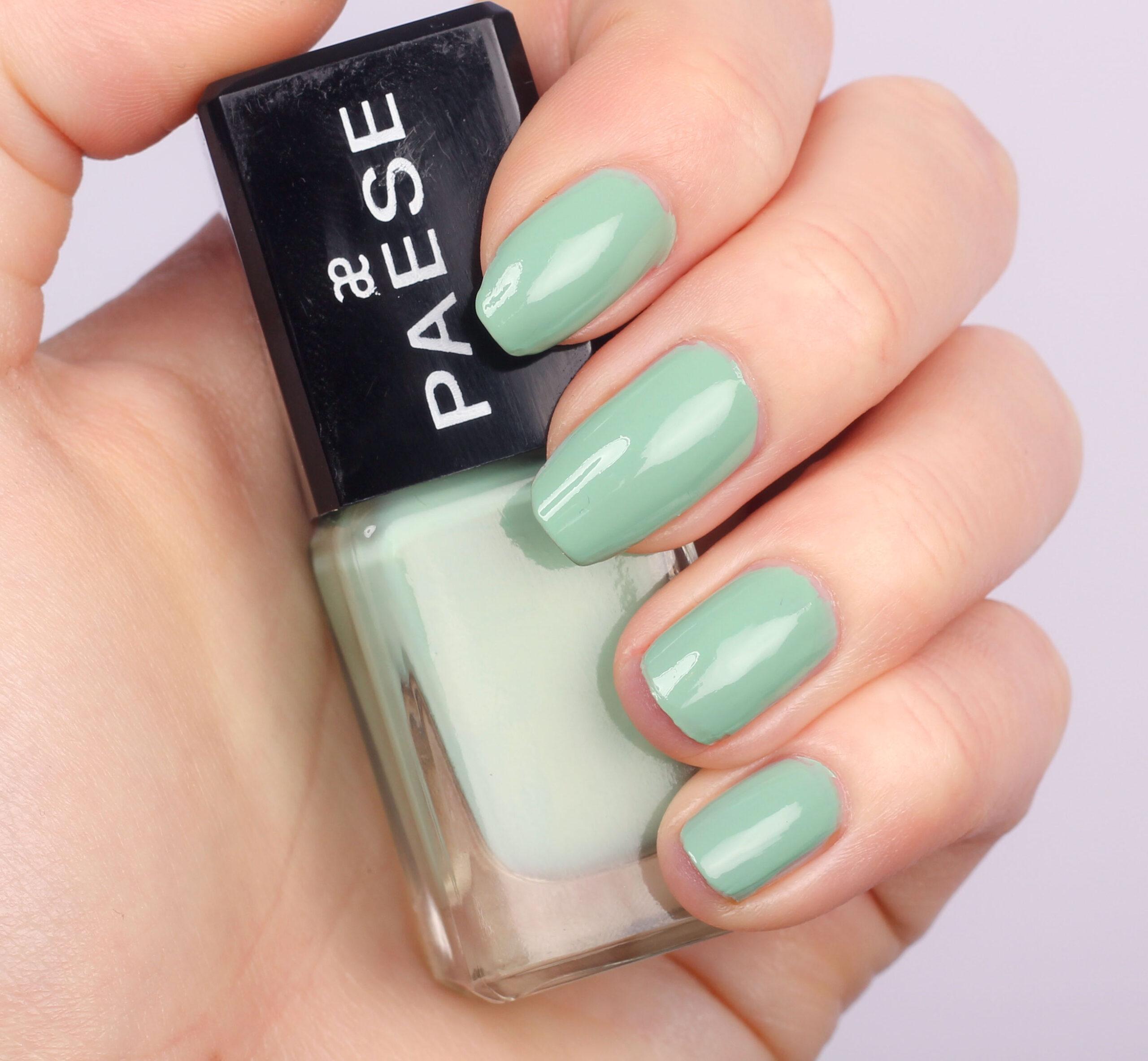 esmalte de uñas verde menta