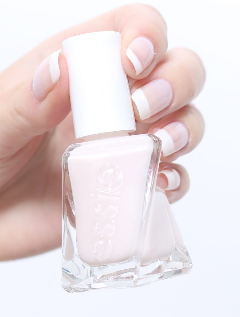 22d67cd7bd69 Ljust nagellack på hela nageln. Efter det kör jag ett ljust, transparent  nagellack som överlack! Jag gillar att ha ett ljust lack för att det ger en  mer ...
