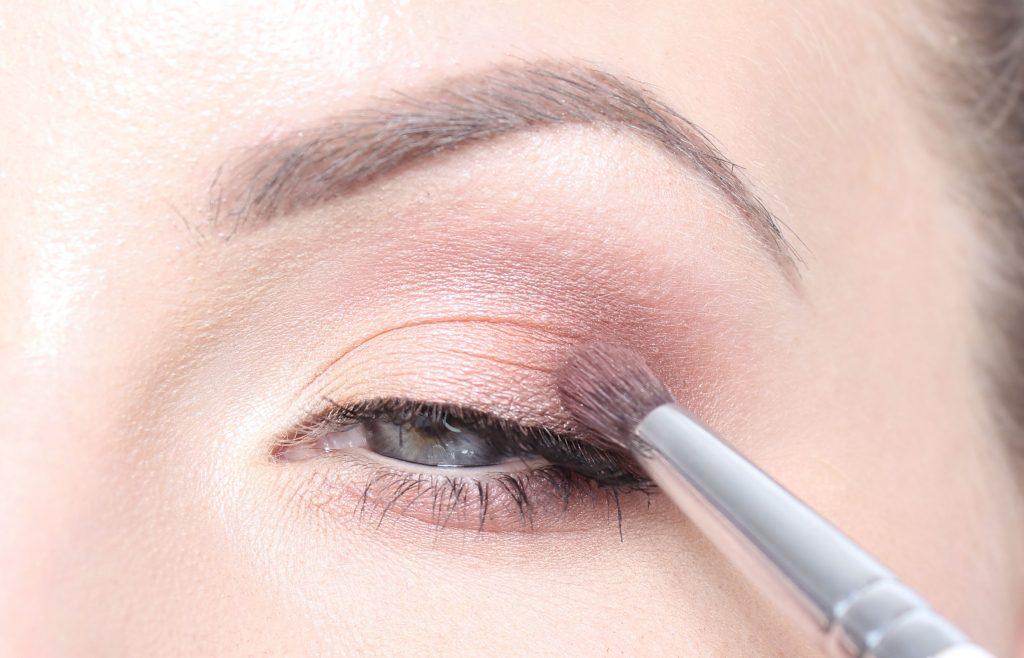 hur lägger man ögonskugga steg för steg