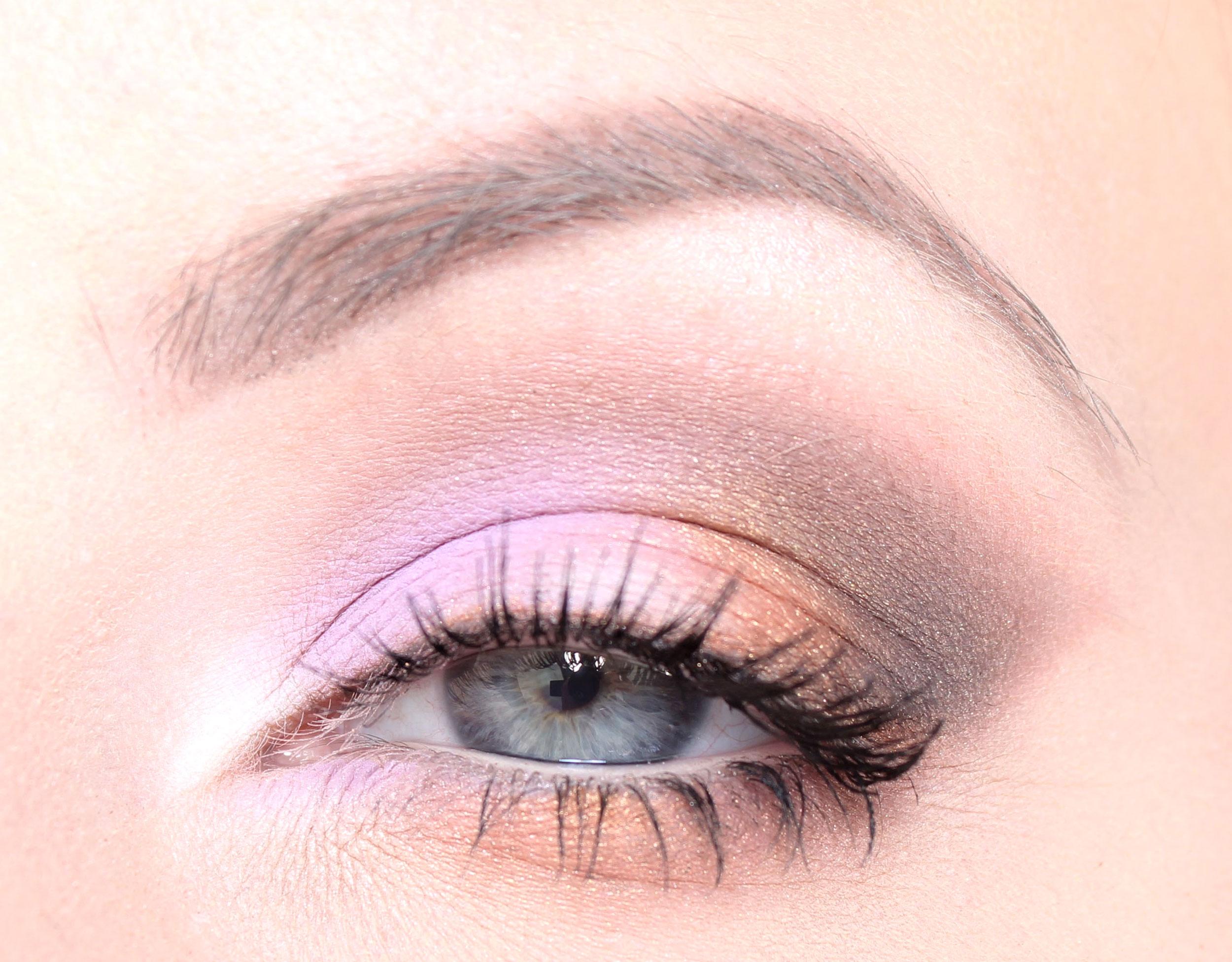 sombra de ojos morada y dorada