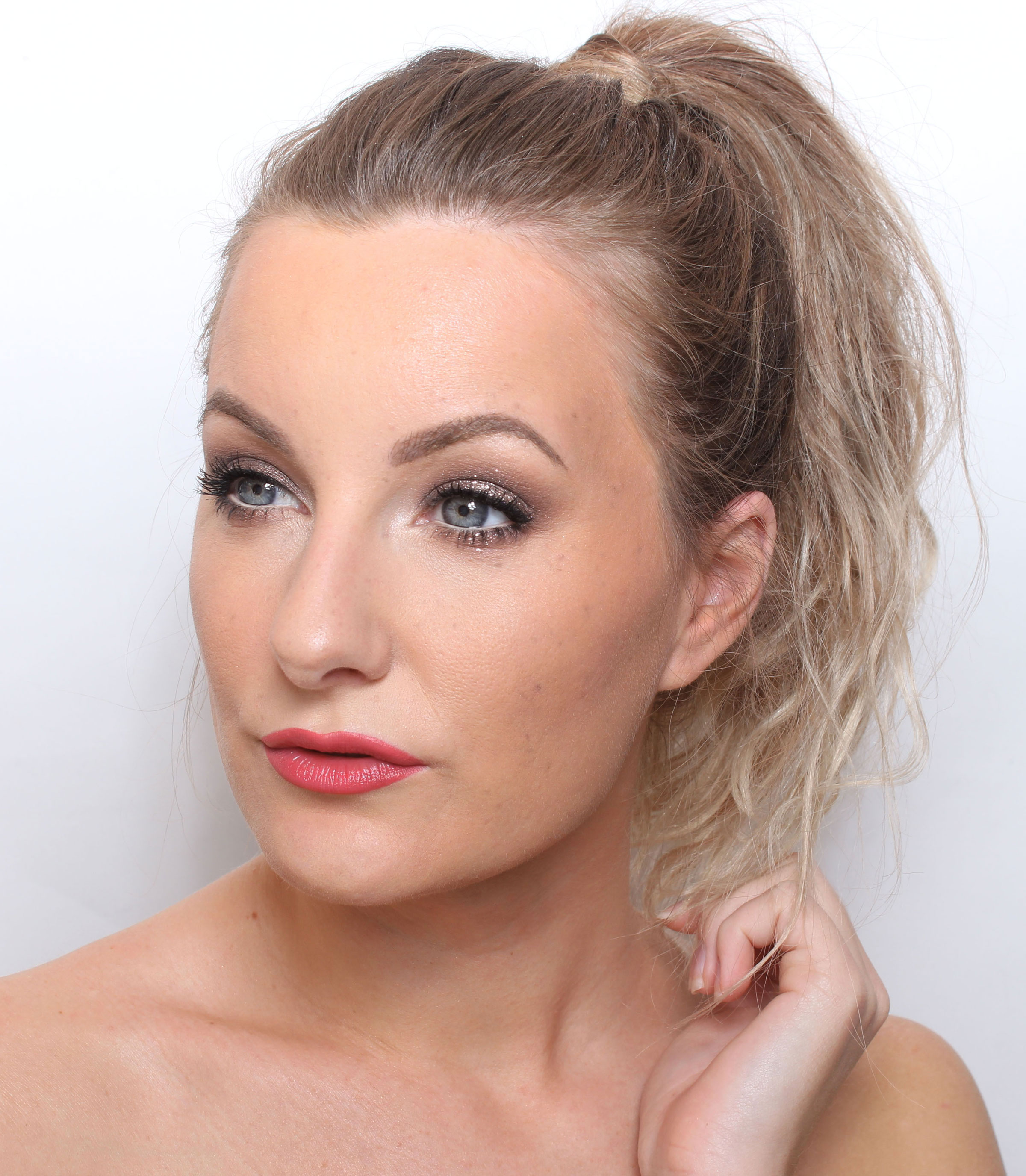 maquillaje de brillo marrón