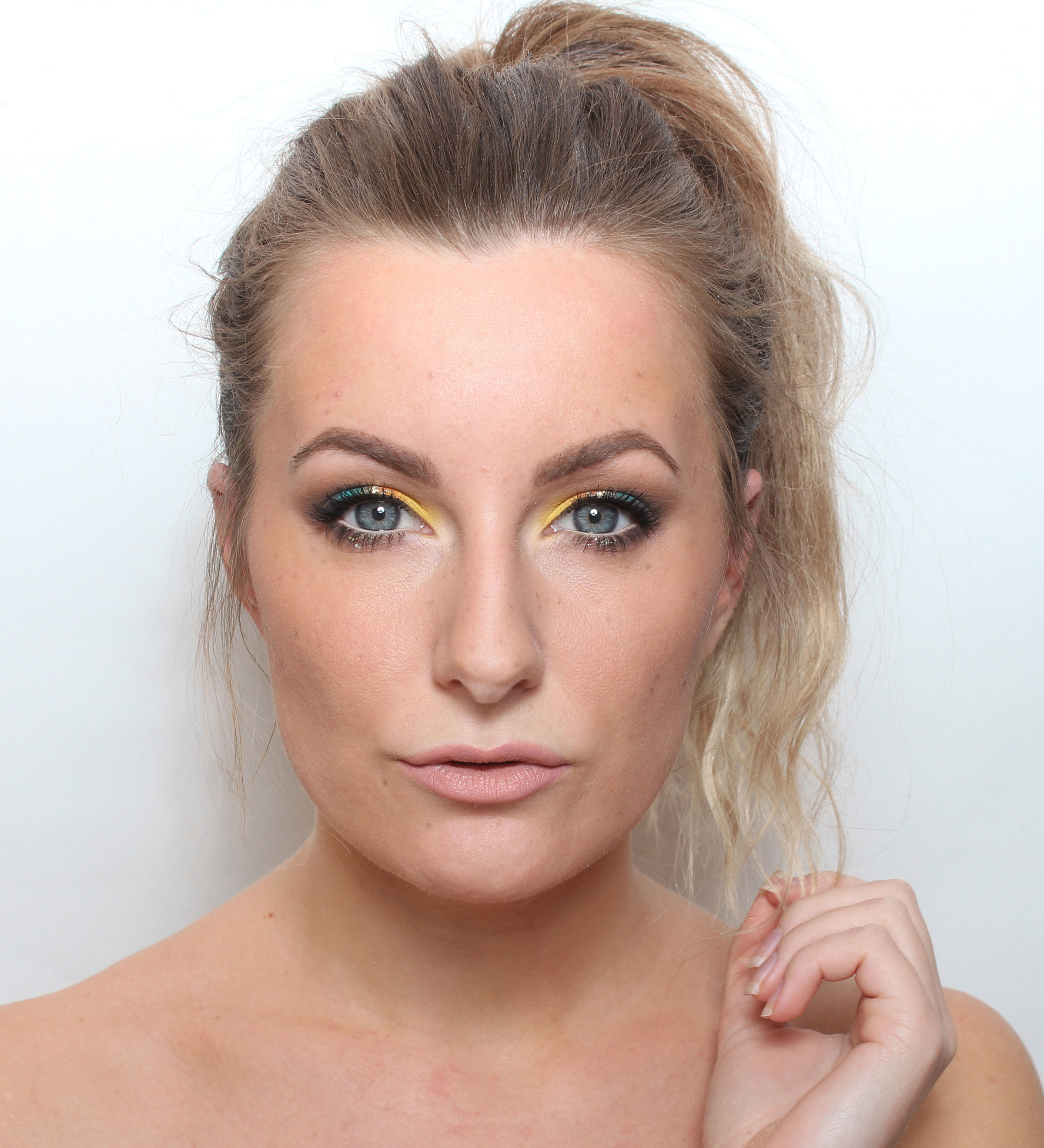 makeup with glitter and color eyes