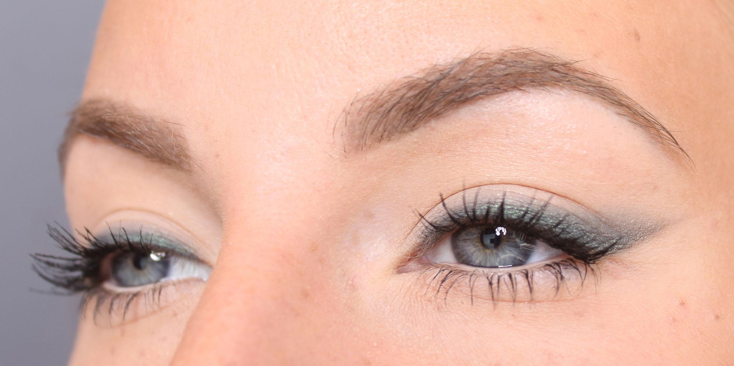 grön ögonskugga med eyeliner