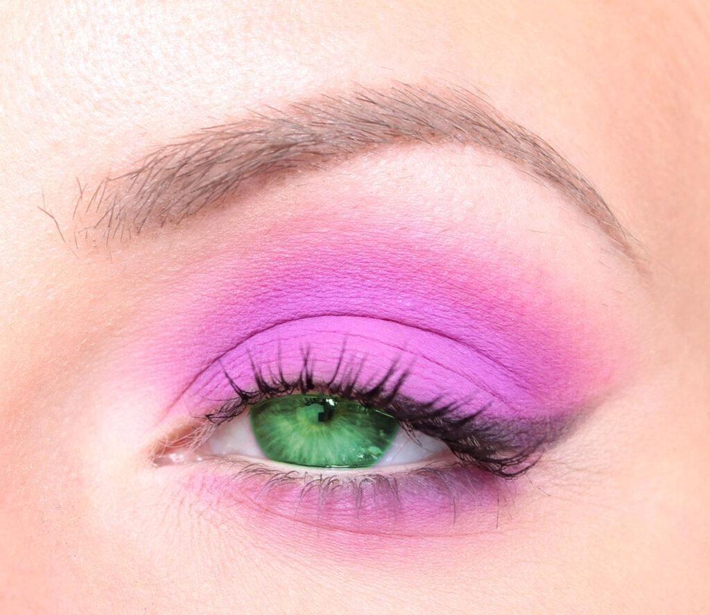 Green eyes - Highlight green eyes with eye shadow