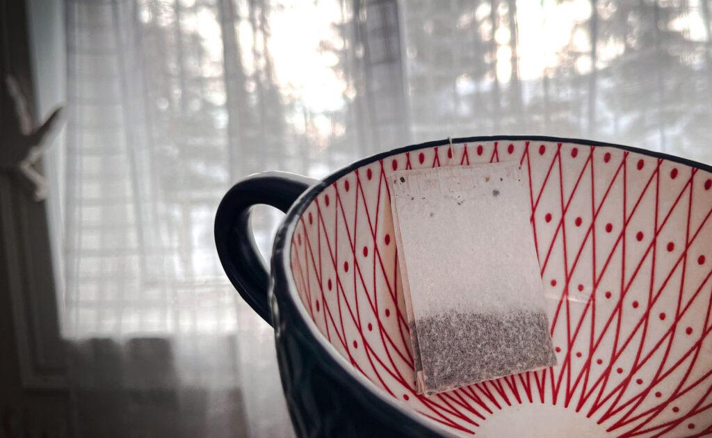 té bolsitas de té debajo de los ojos