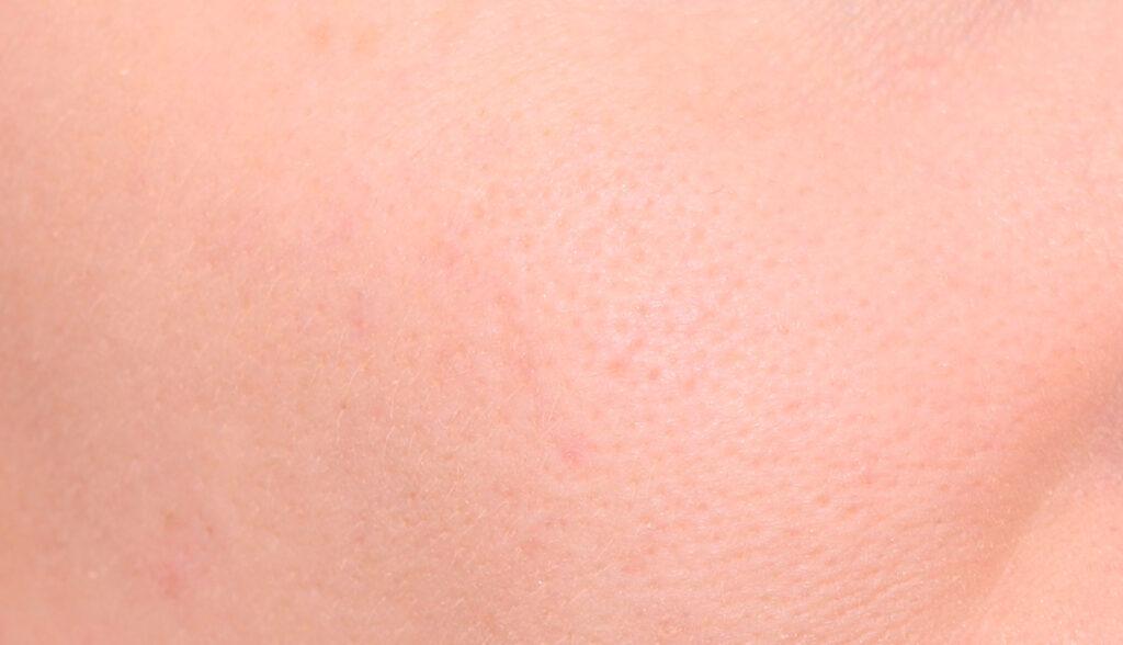 base suavizante, base mineral, piel de primer plano, piel grasa, piel grasa, maquillaje de base uniforme,